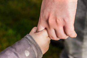 Sąd może zdecydować o zostawieniu dzieci jednemu z rodziców.